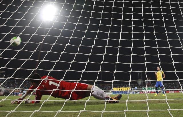 En serie de penales, México se impuso a Brasil ayer para avanzar a semifinales del Mundial Sub-17 y espera renovar el título que tiene en su poder.