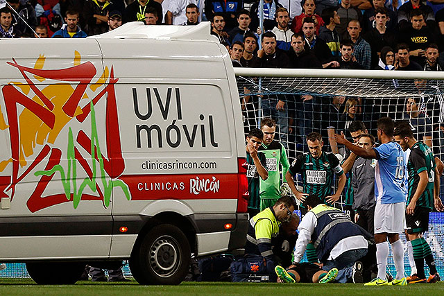 Jugador del Málaga sufre doble fractura en la  mandíbula (Video)