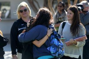 Estudiantes apoyan a maestro herido en tiroteo de LAX