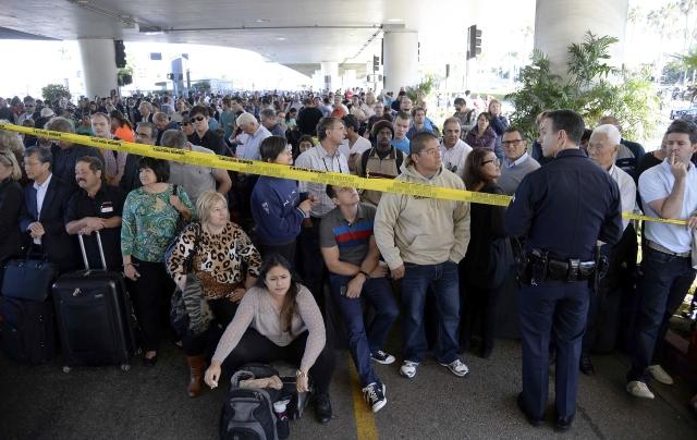 Pasajeros en LAX el viernes 1ro de noviembre tuvieron acceso limitado a comida y agua y no les informaron de albergues de la Cruz Roja, asegura el concejal Bonin.