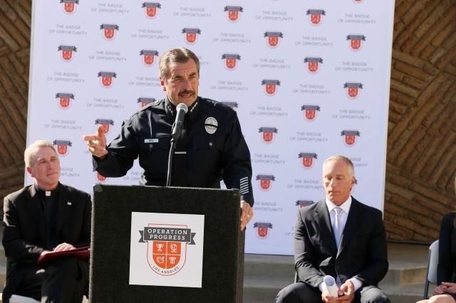 El jefe de la policía Charlie Beck dijo que le  gustaría ver más recursos federales y tener una  vigilancia coordinada.