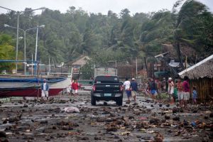 Tifón Haiyan deja más de 100 muertos en calle filipina