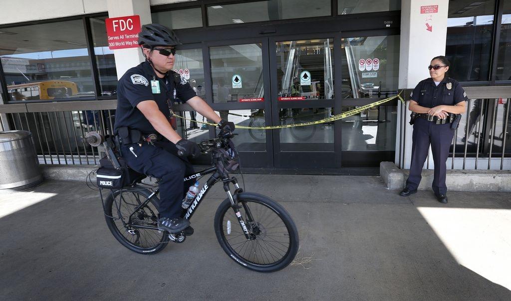 Arrestan a pasajero por broma de explosivos en LAX