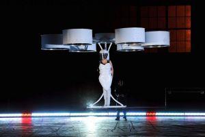 """Lady Gaga estrena """"Volantis"""", su traje volador (video)"""