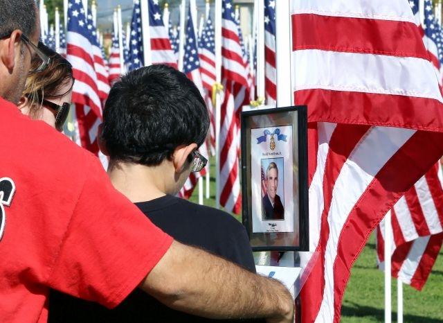 """Asistentes rinden tributo a los caídos en batalla en el """"Campo del Valor"""" de la secundaria Sierra Vista."""