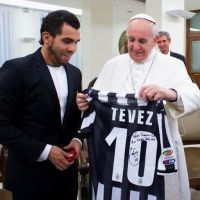 Tévez le regala camiseta firmada al Papa Francisco