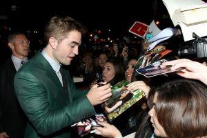 Robert Pattinson planea viaje romántico con hija de Sean Penn