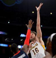 Lakers frenan a Detroit