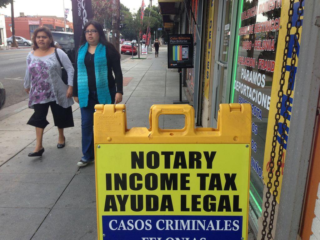 Medida para desaparecer a consultores de migración que se fingen abogados, divide a latinos