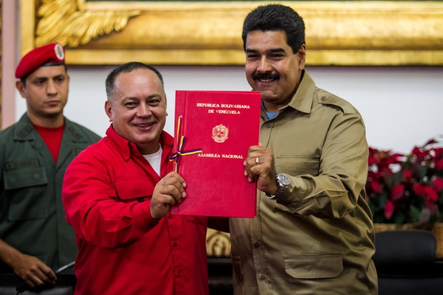 Cabello entrega a Maduro la Ley Habilitante.