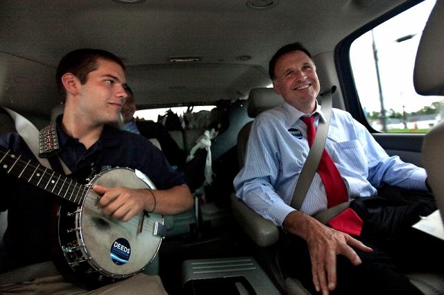 En una foto de archivo, se ve al político demócrata de Virginia en plena campaña por la gubernatura  de su estado en el año 2009, acompañado de su hijo Gus. Este siempre lo acompañaba en sus campañas políticas.  Pero sufría de problemas mentales.