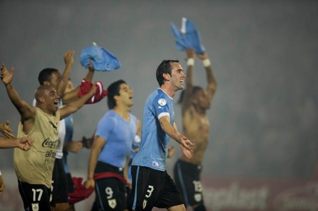 Uruguayos pasan sin mucho brillo