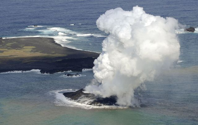 Una nueva isla surge del mar en Japón (fotos y video)