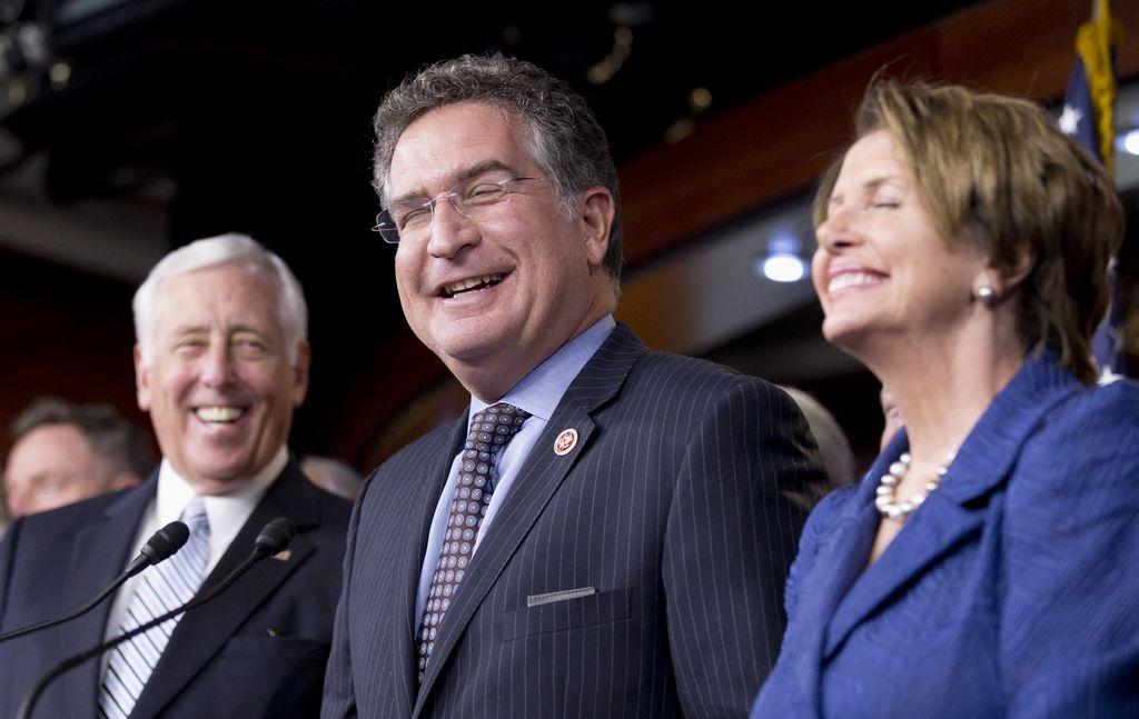 Peligran tres legisladores latinos en Congreso