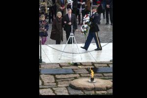 Con honores militares Washington recuerda a JFK