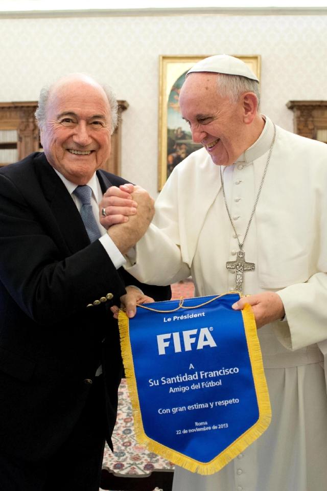El Papa Francisco (d), un fanático del fútbol, recibió ayer en la Santa Sede al presidente de la FIFA, Joseph Blatter; el suizo le hizo varios regalos al Pontífice.