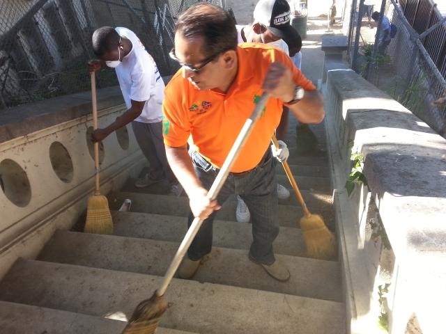 Concejal Cedillo busca limpiar su distrito y el resto de LA