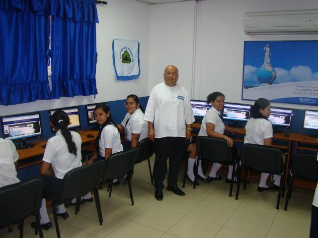 Ayudan a escuelas rurales en El Salvador