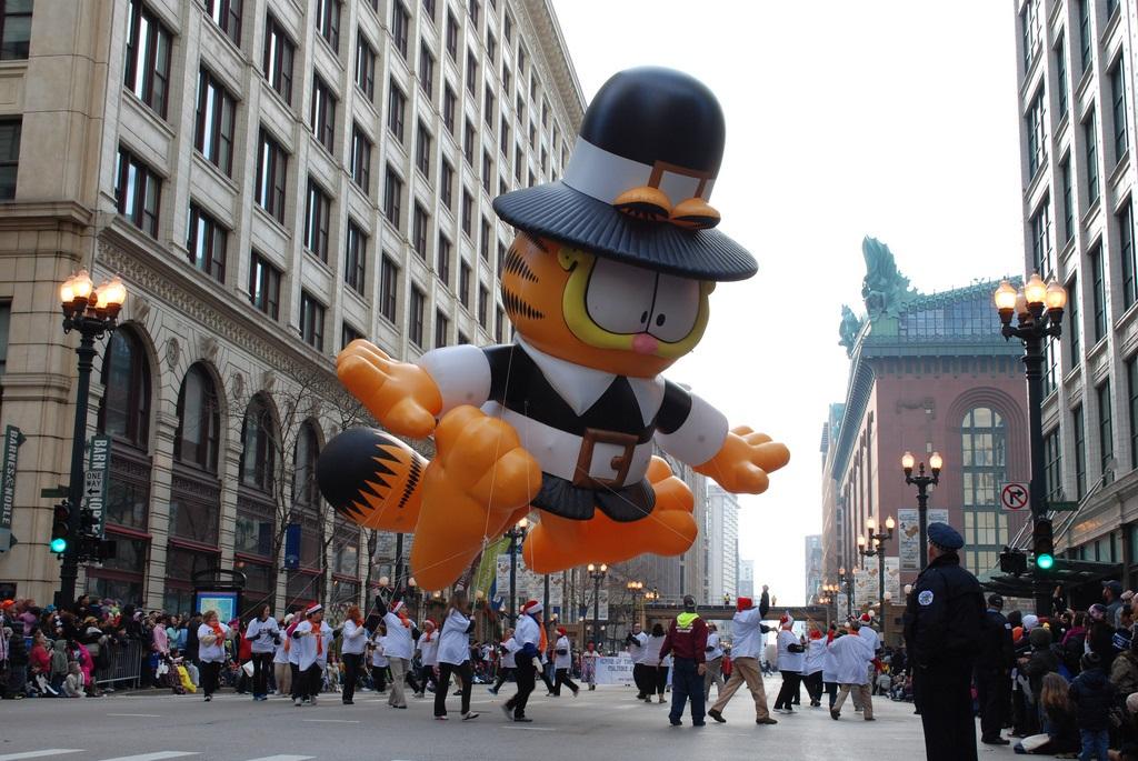 Carrozas adornadas, carros alegóricos   y bandas de música desfilarán sobre la calle State con motivo del Día de Acción de Gracias.