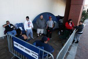 """Familia latina acampa frente tienda en Downey para """"cazar ofertas"""""""
