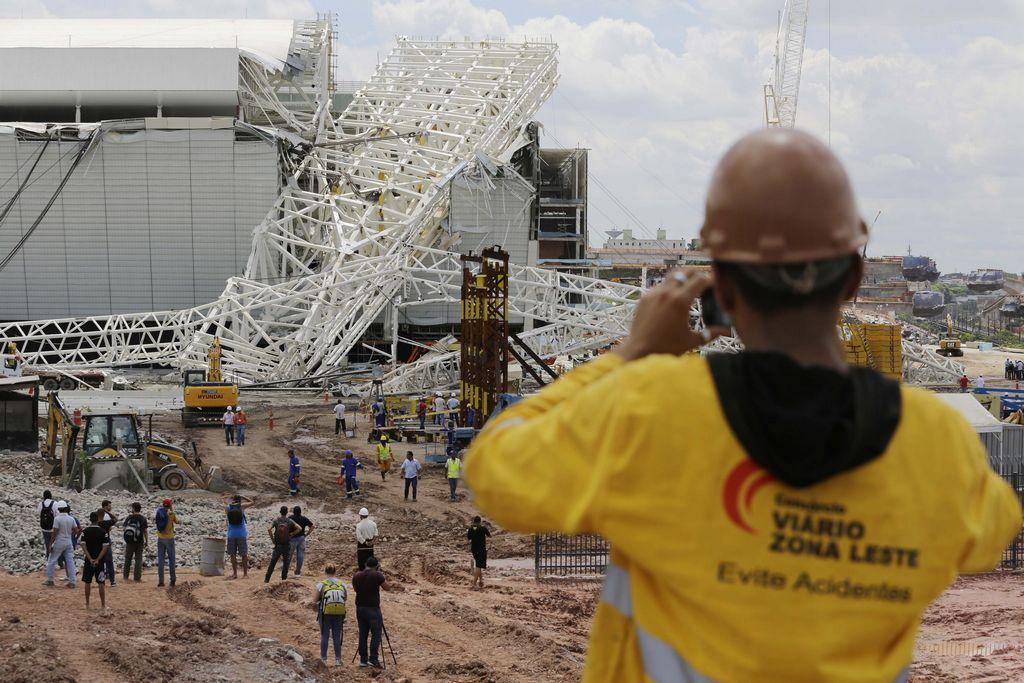 Tres muertos al caer techo de estadio mundialista en Brasil
