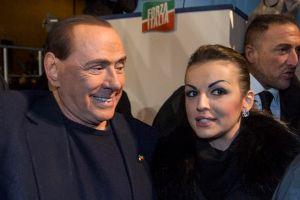 Novia de Berlusconi pide intervención del Papa