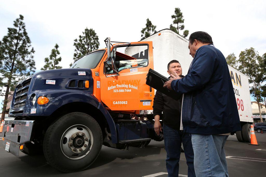 Oficio de camionero pierde popularidad en California