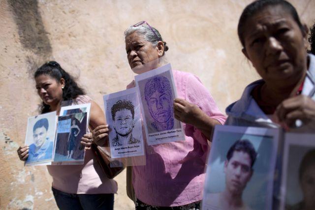 Tres mujeres sostienen retratos de sus hijos, migrantes desaparecidos, en vísperas de inciar  la novena Caravana de Madres Centroamericanas Buscando a sus Migrantes Desaparecidos en la Ruta Migratoria, en Ciudad de Guatemala.