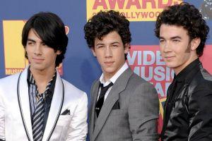 Joe Jonas fumó marihuana incitado por Miley Cyrus y Demi Lovato