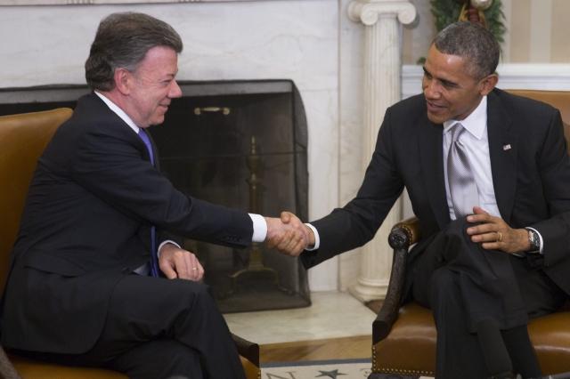 El presidente de EEUU, Barack Obama (der.), estrecha la mano al presidente de Colombia, Juan Manuel Santos (izq.),  en el Despacho Oval de la Casa Blanca, en Washington, D. C., ayer.