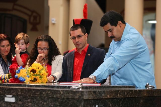 Autoridades kenianas han envuelto al gobierno venezolano en el  tráfico de drogas. El  presidente venezolano Nicolás Maduro, a la derecha.