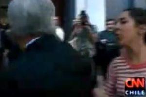 Mujer escupe a presidente chileno en exterior de iglesia