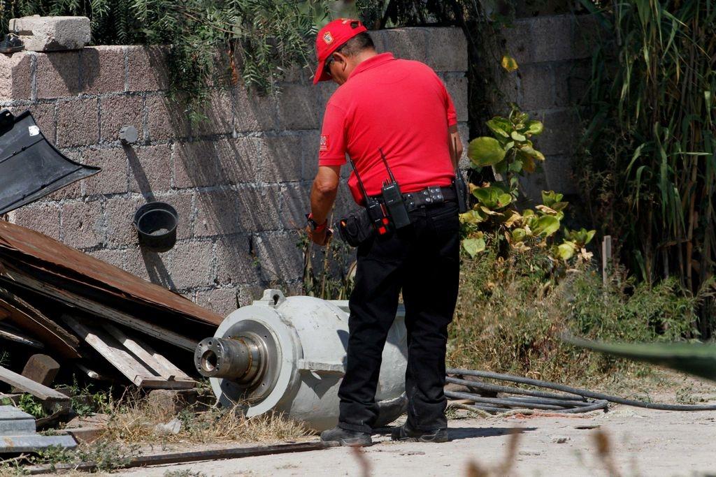 Un bombero inspecciona parte del equipo que contenía el material radioactivo.