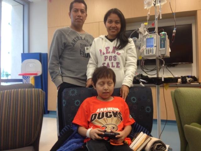 Niño latino pasará primera Navidad en hospital de Orange