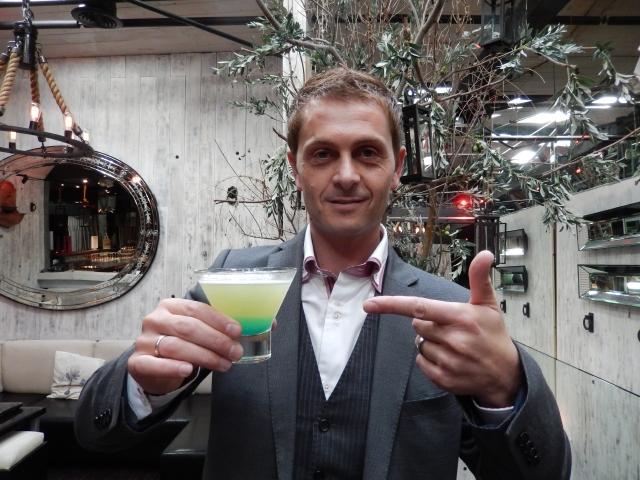 El Mejor Bartender del Mundo mezcla sus bebidas con pasión