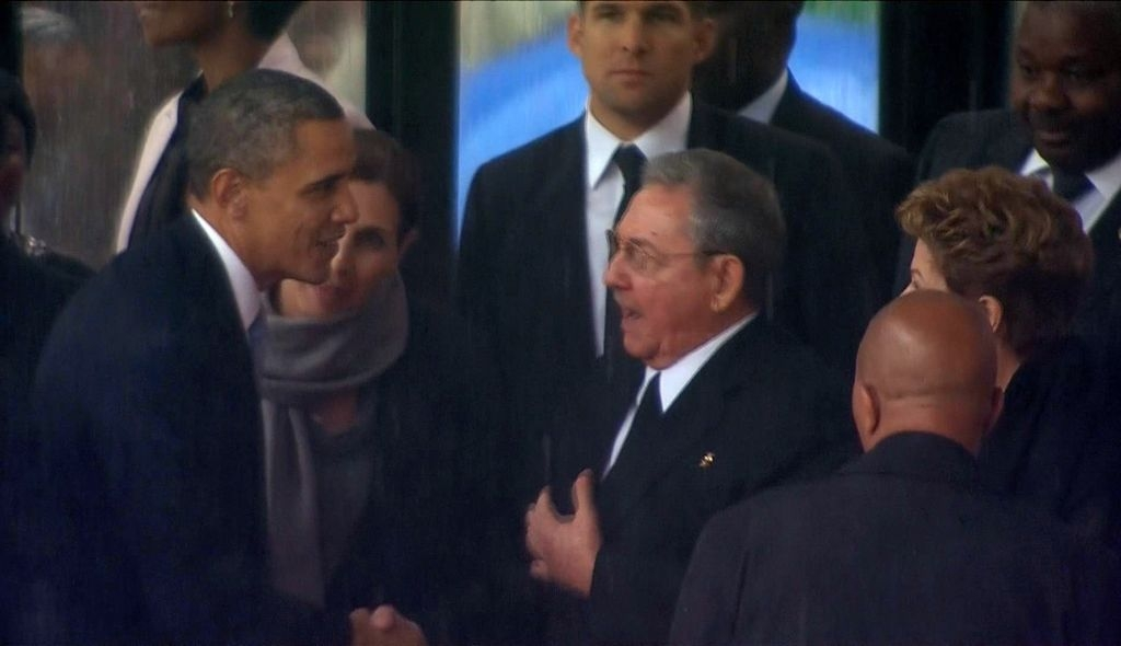 El saludo entre los líderes de dos enemigos de la Guerra Fría ocurrió durante una ceremonia centrada en el legado de reconciliación de Mandela.