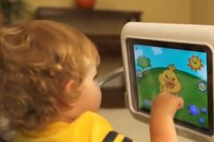 Grupo pide que retiren silla de bebé para colocar iPad
