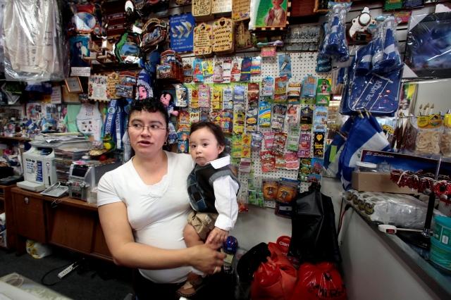 Olga Montoya con su hijo Carlitos en su tienda del Corredor Salvadoreño de la Avenida Vermont en LA. La ciudad es hogar del mayor número de migrantes salvadoreños del país.