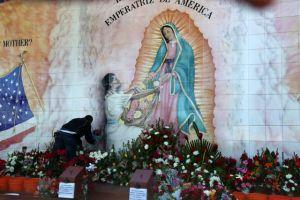 Angelinos visitan la Virgen de Guadalupe en Placita Olvera
