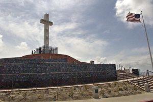 Luchan por mantener cruz en monumento de San Diego