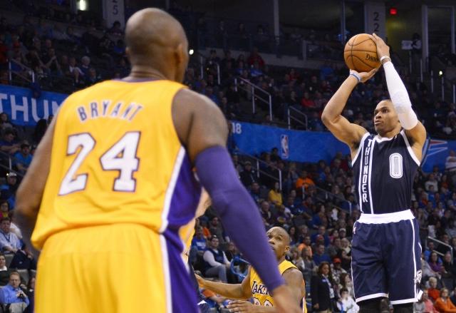 Kobe se queda como espectador del tiro de Russell Westbrook en el se-gundo cuarto del juego disputado en la Chesapeake Energy Arena.