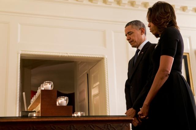 El presidente Barack Obama y la primera dama  Michelle, durante un momento de silencio en honor a las víctimas, en la Casa Blanca.