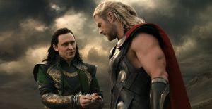 """Thor"" se muestra desnudo a ""Loki"""