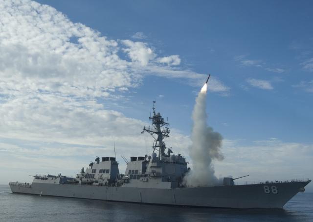 El destructor USS Preble (DDG 88) lanza un misil de crucero Tomahawk durante un entrenamiento en  costas de California.