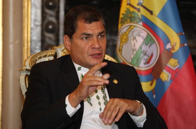 El presidente Rafael Correa hablando  durante una rueda de prensa.