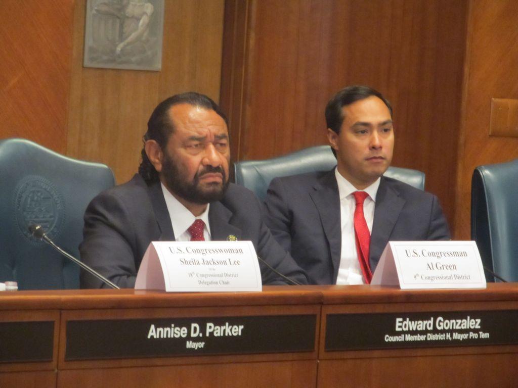 Los congresistas demócratas Al Green y  Joaquín Castro durante un foro sobre la reforma migratoria en la cámara de la Alcaldía de Houston.
