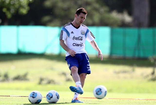 El astro del Barcelona, Lionel Messi practica con balón durante su recuperación en Argentina; el jugador está cerca de volver a la cancha.