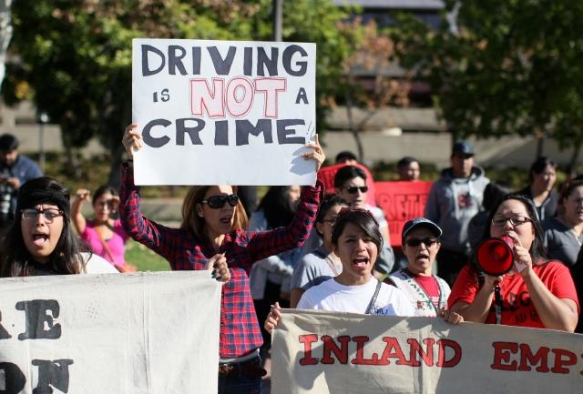 Los inmigrantes  y activistas cuestionan el procedimiento de la Policía, quien se defiende diciendo que solo acata  la ley.