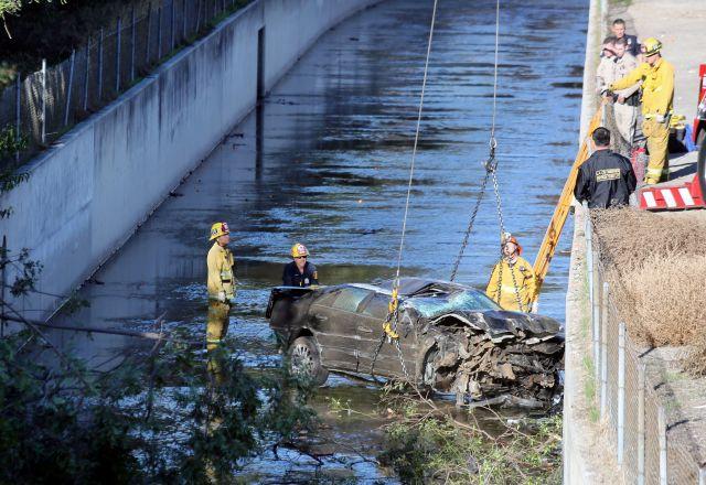 Muere conductor al caer auto de autopista al río Los Ángeles