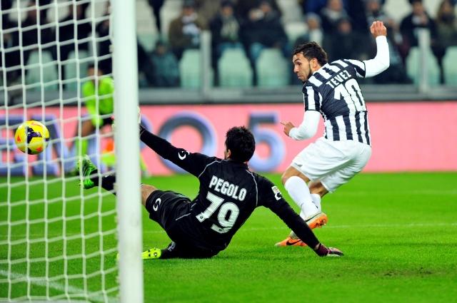 El argentino Carlos Tevez (10), el máximo goleador de la Juventus con 11 tantos, vence al portero del Sassuolo,  el 15 de diciembre pasado en Turín.